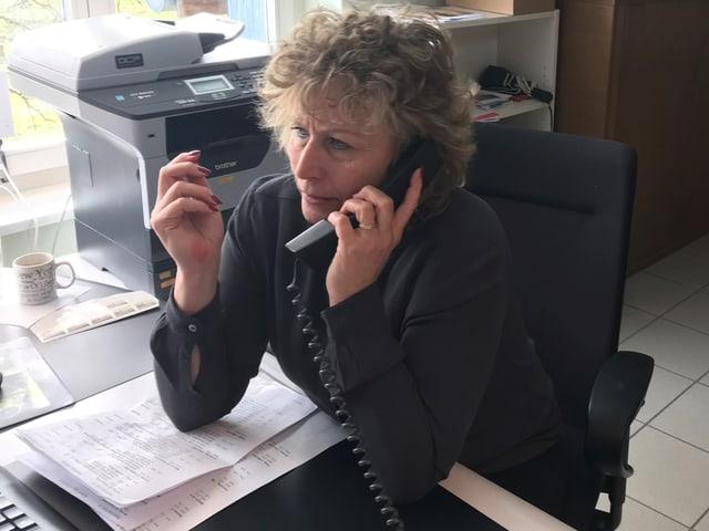 Nathalie Hunger von «Rund ums Hus GmbH» am Schreibtisch beim Telefonieren.