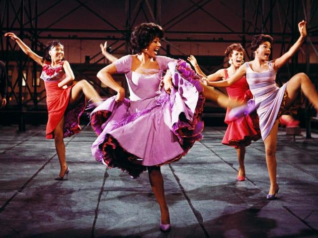Tanzende Frauen in Röcken