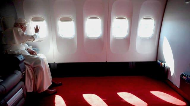 Der Benedikt VI. im Flugzeug