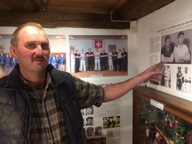 Andreas Beier zeigt auf das Foto seines Vaters in einem Zeitungsartikel.