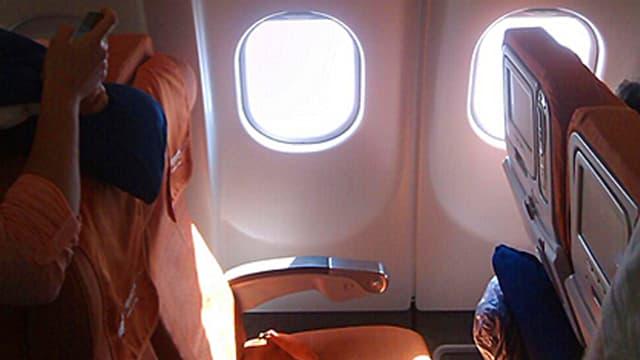 Ein leerer Flugzeugsitz.