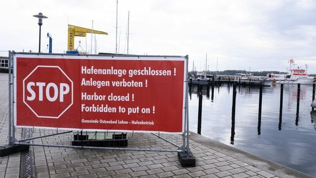 Schild an einem Hafen mit der Aufschrift: Hafen ausser Betrieb!