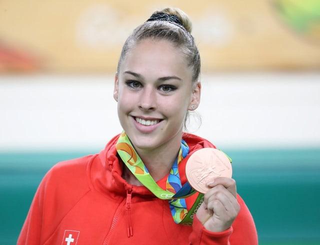 Giulia Steingruber cun la medaglia da bronz