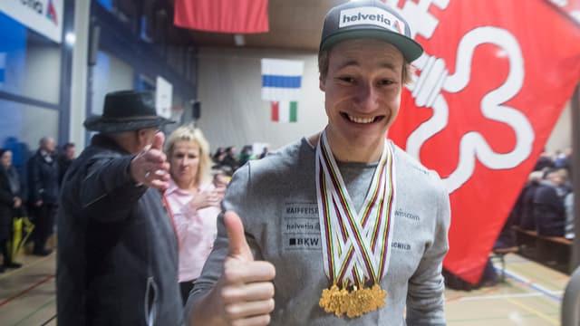 Marco Odermatt am Empfang in Buochs mit seinen fünf Goldmedaillen.