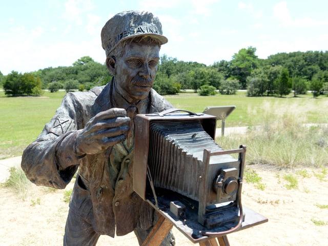 John T. Daniels als Bronzestatue.