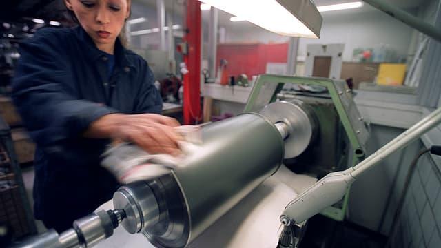 Eine Mitarbeiterin der Sulzer Metco AG in Wohlen.