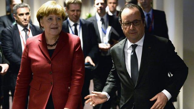 Die deutsche Kanzlerin Merkel und Frankreichs Präsident Hollande treffen beim EU-Gipfel ein