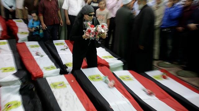 Mehrere Särge, mit ägyptischen Flaggen bedeckt