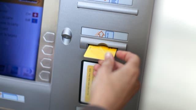 Kunde am Geldautomaten von Postfinance.