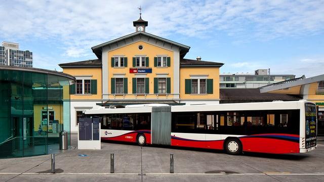 Ein Bus auf dem Busbahnhof neben dem SBB-Bahnhof in Baden.