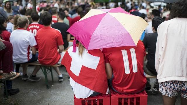 Zwei Fussball-Fans unter dem Regenschirm (Symbolbild)
