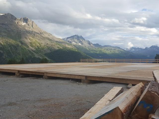 Aufbau einer Holzplattform in St. Moritz