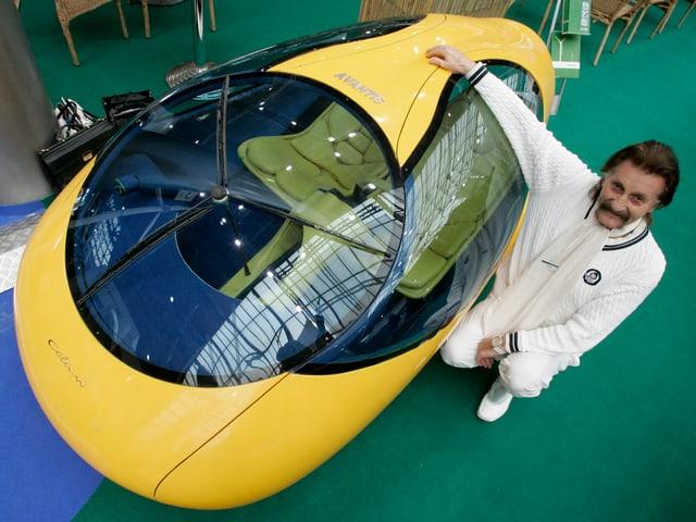 Luigi Colani neben einem Protototypen eines Elektroautos, 2009.