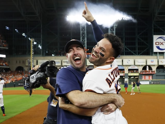 Justin Verlander und Jose Altuve von den Astros feiern den Sieg.
