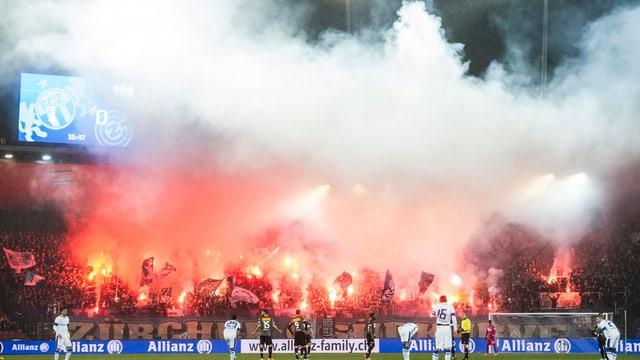 Zürcher Fans zünden Pyros im Derby zwischen dem FCZ und GC.