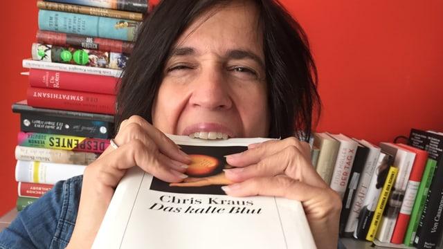 Annette König beisst in den Roman von Chris Kraus
