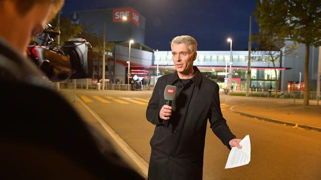 Sandro Brotz hiess die Zuschauerinnen und Zuschauer live zur vierten TV-Sendung von «Hallo SRF!» willkommen.