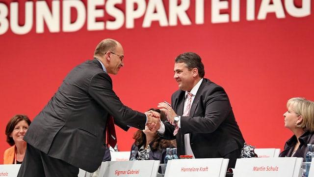 Premier Enrico Letta gratuliert Sigmar Gabriel am Parteitag in Leipzig zur Wiederwahl.