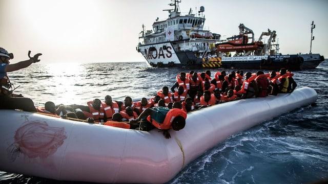Flüchtlinge in Schwimmwesten in einem Boot