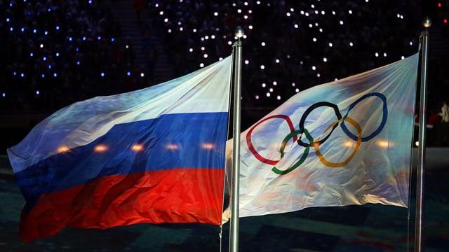 Russische und olympische Flagge