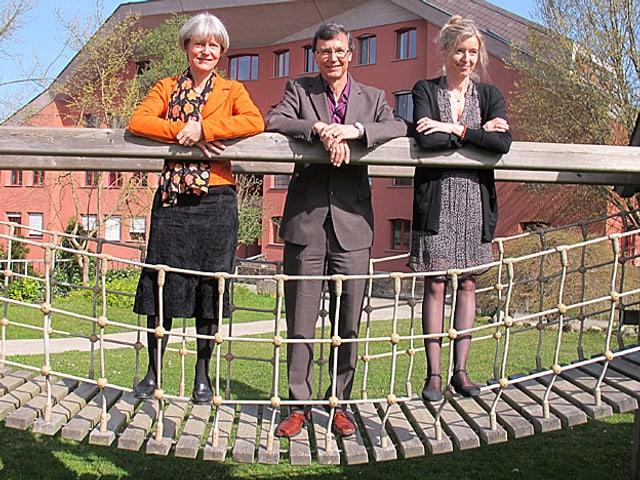 «Persönlich»-Gastgeberin Anita Richner (rechts) mit Priska Sieber und Jürg Bregenzer auf einer Hängebrücke.