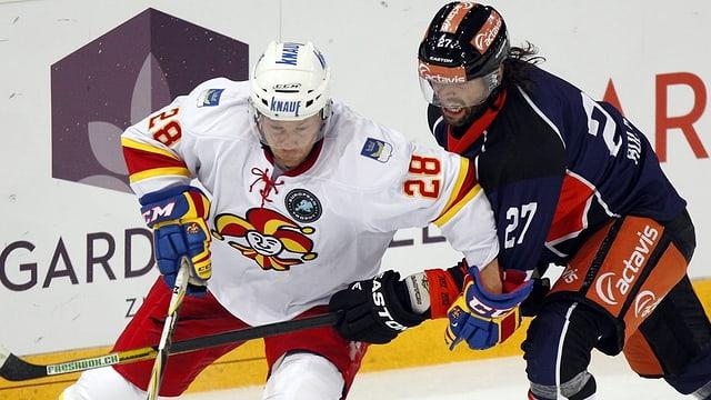 Jokerits Jani Rita (l.) im Zweikampf mit Zugs Josh Holden anlässlich der European Hockey Trophy.
