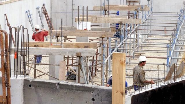 Bauarbeiter auf einer Baustelle.