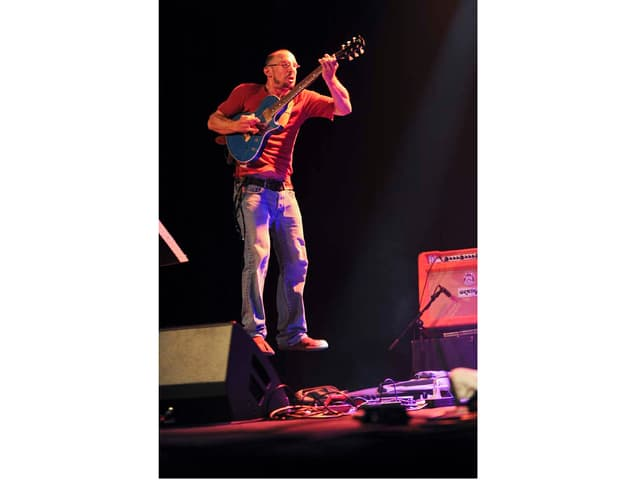 Gitarrist springt in die Luft