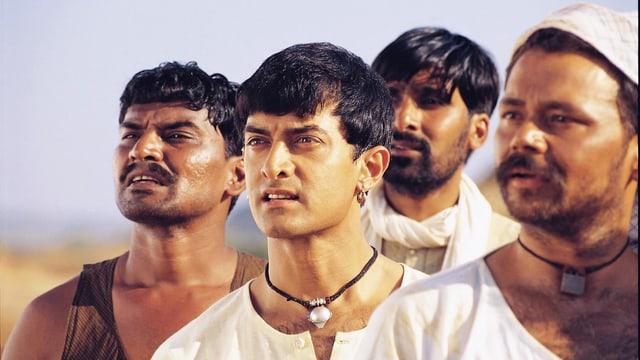 Filmausschnitt aus Lagaan: Vier Männer.