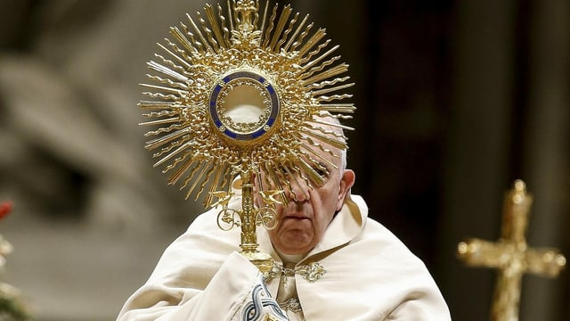 Papst Franziskus mit einem goldenen Kelch.