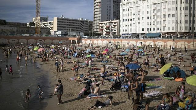 Strand in Marseille voller Menschen.