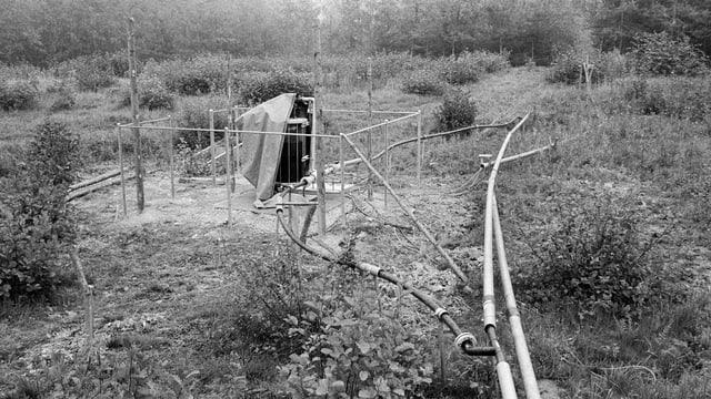 Sicht auf die provisorisch verlegten Entlüeftungsrohre auf der Chemiemuelldeponie Bonfol.