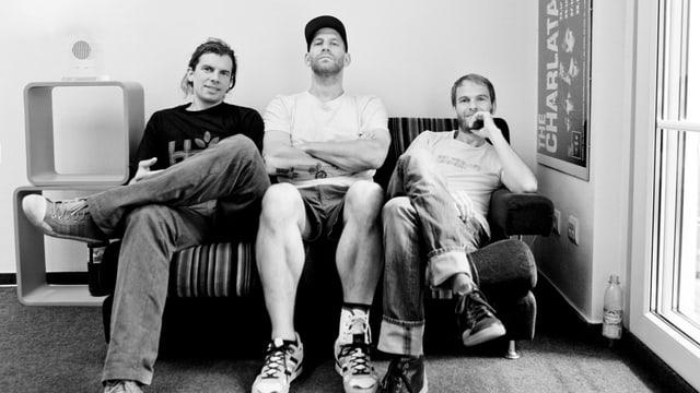 Die Bandmitglieder von Sportfreunde Stiller sitzen auf einem Sofa.