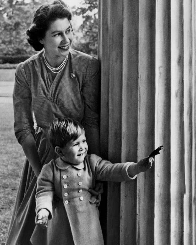 Prinz Charles als kleiner Junge mit seiner Mutter der Queen.