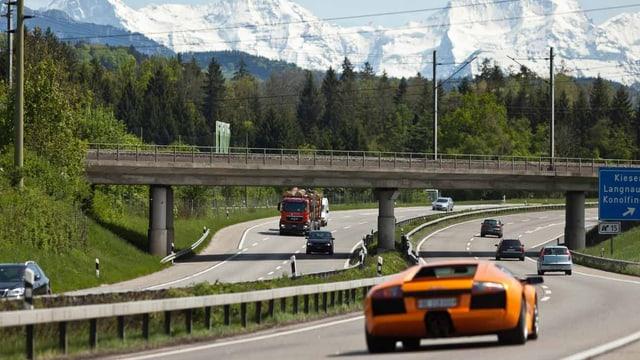 Autobahn mit Bergen im Hintergrund.