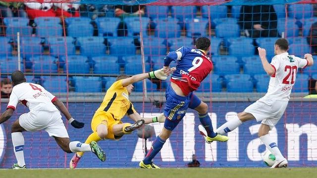Marco Streller schiesst, der Sion-Torhüter wirft sich vergebens in die Flugbahn des Balls.