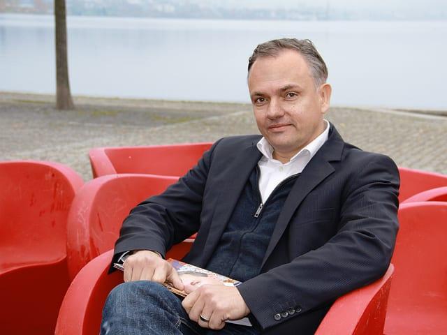 Adrian Steiner sitzend.