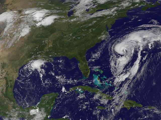 Satellitenbild von Nordamerika. Der US-Ostküste vorgelagert der Hurrikan der Kategorie 1.