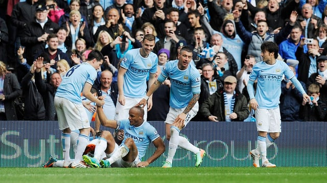 Die Spieler von Manchester City feiern den Treffer durch Vincent Kompany.