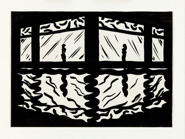 Schwarz-weiss-Bild einer Stadtszene – zwei Menschen auf nasser Strasse vor beleuchteten Fenstern.