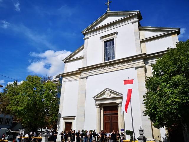Weisse Kirche aus Stein.