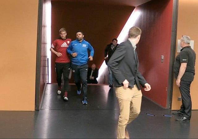 FCZ-Trainer Uli Forte verlässt fluchtartig rennend die Letzigrund-Katakomben.