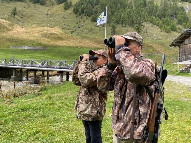 Andrin und Christian beobachten die Tiere