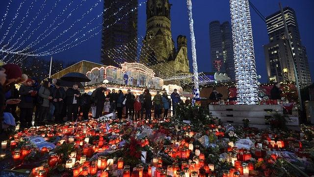 Il lieu da l'attentat a Berlin è illuminà cun chandailas.