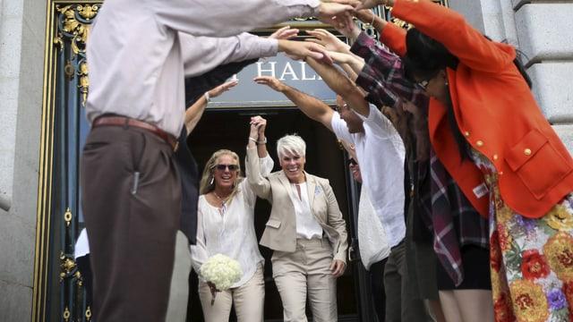 Ein lesbisches Paar heiratet.