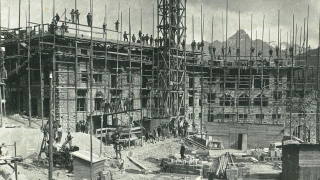 La construcziun da l'hotel Castell a Zuoz il 1912.