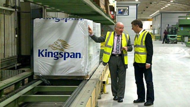Tom McGuiness, CEO der Firma Kingspan, in der Werkstrasse seines Unternehmens.