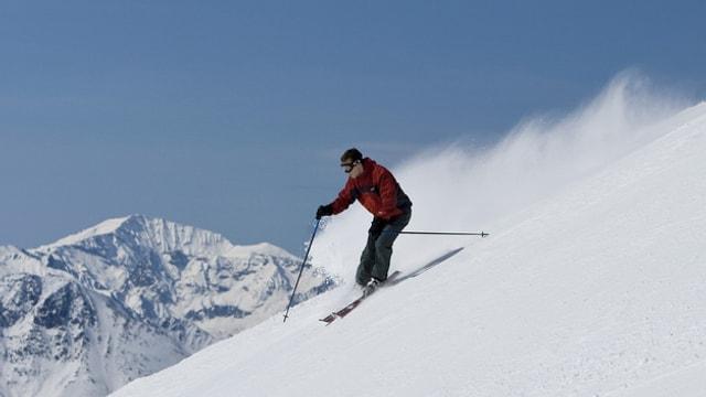 Einsamer Skifahrer auf einer Piste.
