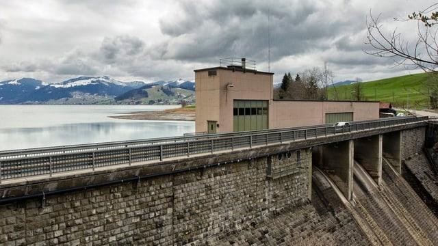 Gebäude auf Staudamm.
