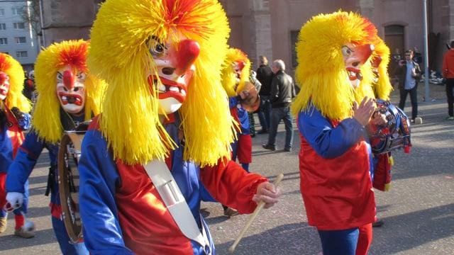Waggis im FCB-Dress und gelber Perücke